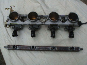 Fuel rail and row of carburettors